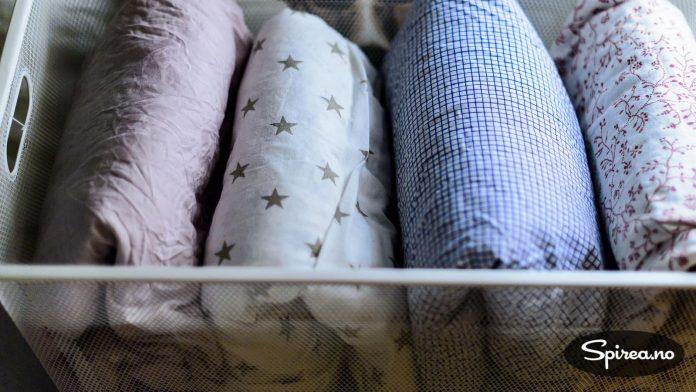 Sengetøy er noe de fleste har for mye av. Kast alle laken med hull, og gamle sengetrekk som ikke matcher med putevaret. Legg det på høykant i skuffen, og du har full oversikt.