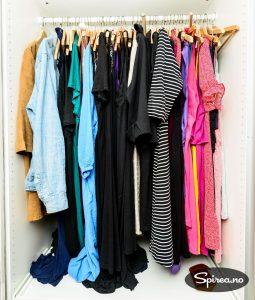 Noen klær må henge i skapet, men KonMari anbefaler at de fleste brettes for å spare plass.