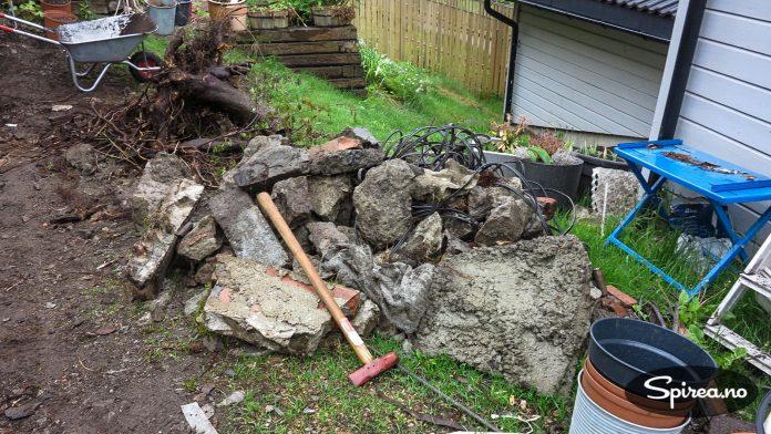 Det har etterhvert samlet seg opp en anselig mengde store steiner som vi må få kjørt vekk.