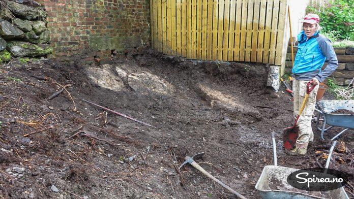Etter å ha gravd og gravd i flere uker, har vi klart å komme ned til grunnfjellet på deler av området som skal ryddes.