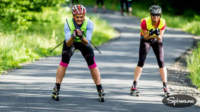 Kristin og Trude viser hvordan du skal kjøre pent og rolig ned en bakke på rulleski.