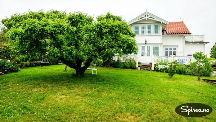 Hovedhuset i sveitserstil er fra 1916 og ligger i landlige omgivelser på Ridabu i Hamar.