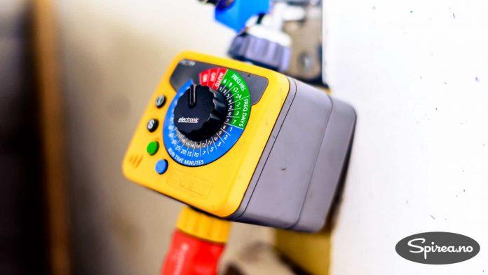 Denne timeren, eller vanningscomputeren, festes mellom vannkranen og en vanlig hageslange med hurtigkobling. Da kan du stille inn hvor ofte det skal vannes.