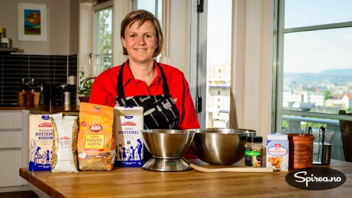 Finn frem ingredienser, en vekt, bakebolle og en sleiv, så har du det du trenger for å bake deilige hjemmebakte brød.