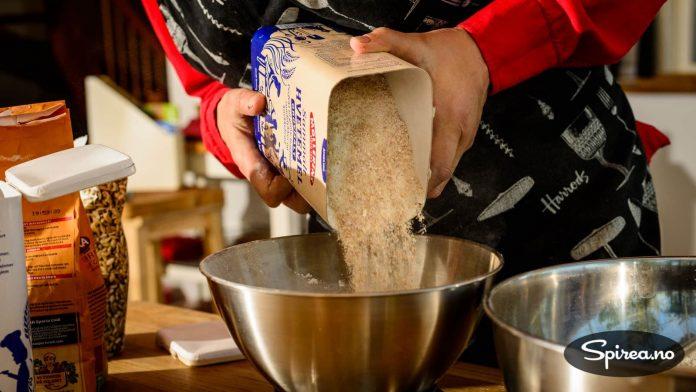 Bruk gjerne mer grovt mel enn det står i oppskriften hvis du liker skikkelig grove brød.