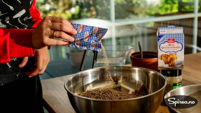 Hvis du bruker tørrgjør, trenger du cirka 1/4 pose til to brød. Men det er ikke nødvendig å måle opp veldig nøye.