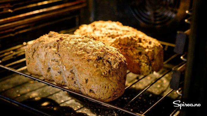 For at brødene skal få en fin skorpe over det hele, er det lurt å ta dem ut av formene de siste 10 minuttene i ovnen.