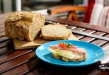 Hjemmebakt grovbrød med smør og godt pålegg smaker kjempegodt.