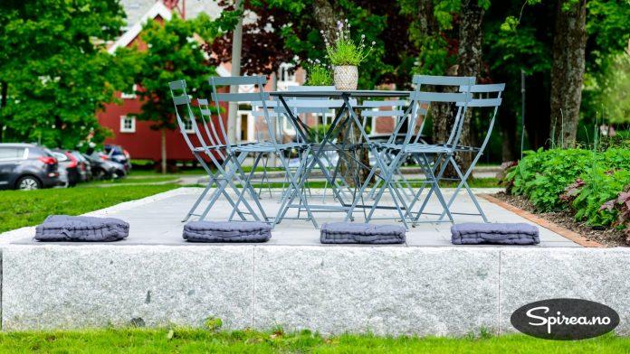 Den opphøyde betongplattingen kan også benyttes til ekstra sitteplasser.