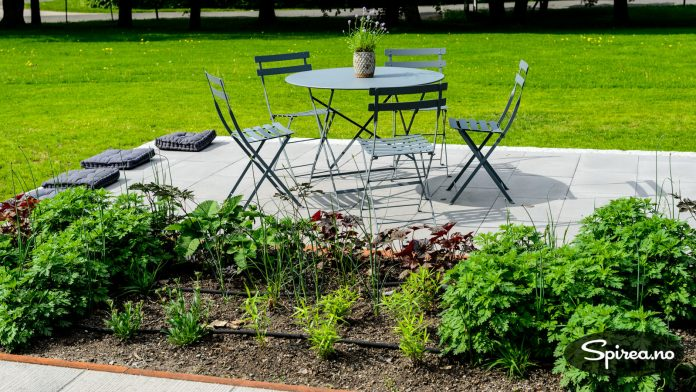 Vedlikeholdsfrie møbler, underlag i stein og betong og staudebed med automatisk vanning kan gjøre hagen din tilnærmet vedlikeholdsfri.