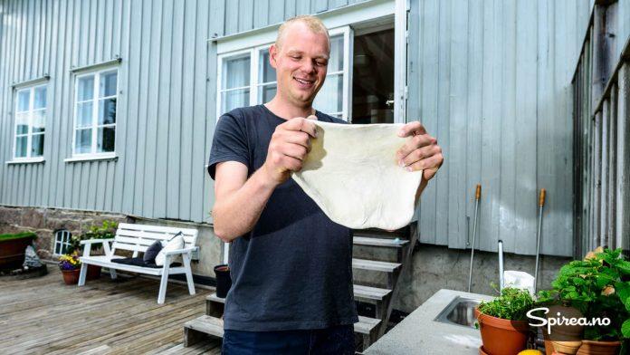 Bruk fingrene, ikke kjevle, når du baker ut pizzadeigen, råder Rasmus.