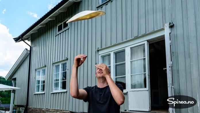 Etter å ha laget utallige pizzaer, har Rasmus lært seg å slenge deigen i været, slik italienske pizzakokker gjør.