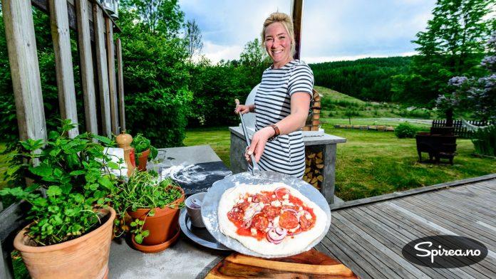 Når det gjelder italiensk pizza, skal du ikke dynge på med alt for mye fyll. Her har Lina brukt tomatsaus, mozzarella, rødløk og pepperoni. Det holder!
