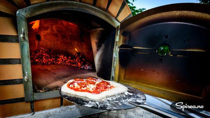 Når du skal steke italiensk pizza, skal ovnen være så varm som mulig, helst over 400 grader.
