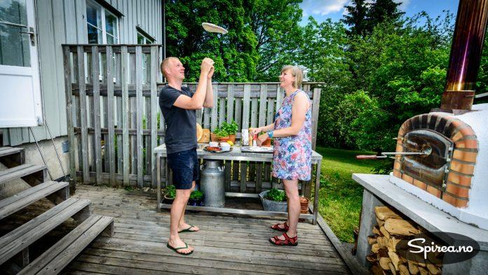 Rasmus viser Bjørnhild hvordan deigen skal snurres rundt i lufta.