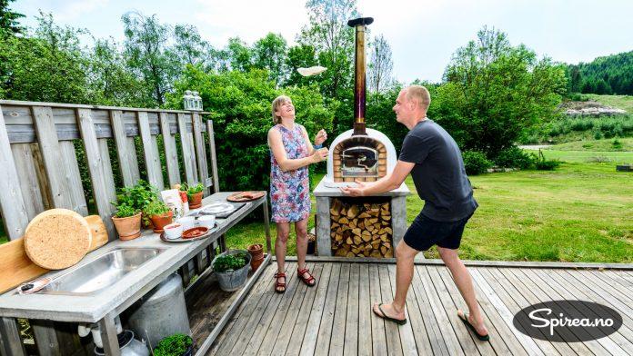 Hvis du skaffer deg steinovn vil vennene garantert komme oftere på besøk, lover Rasmus. Alle vil nemlig prøve å lage sin egen pizza.