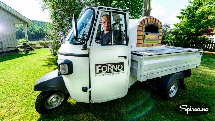 Rasmus bruker en italiensk varemotorsykkel som sitt mobile showroom. Fra denne ovnen serverer han smaksprøver på messer og markeder.