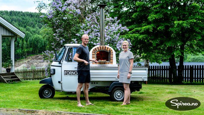 Hjemme hos Rasmus Nørgaard og samboeren Lina Marka Stovner er den vedfyrte steinovnen ofte i bruke, både til å lage pizza og andre retter.