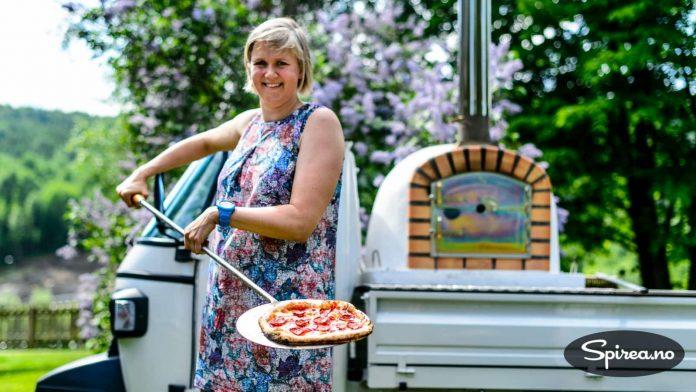Her har Bjørnhild stekt sin første pizza i steinovn!