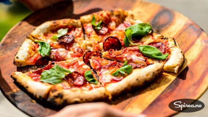 Dette er Bjørnhild aller første pizza laget i steinovn!