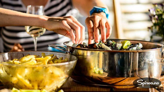 Det er lov å spise blåskjell med fingrene, i hvert fall hjemme på din egen terrasse.