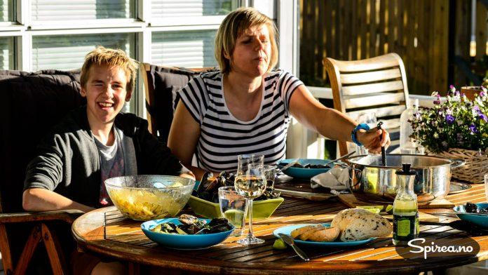 Alle liker blåskjell, også familiens yngste. 14-åringen Henrik har skrevet særoppgave om Belgia, og synes det er spennende å smake på landets nasjonalrett.