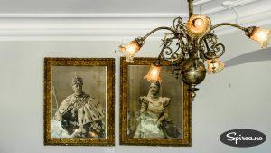 Portretter av de første eierne henger i det første rommet du kommer inn i på slottet. Kong Oscar II og Dronning Sofia.