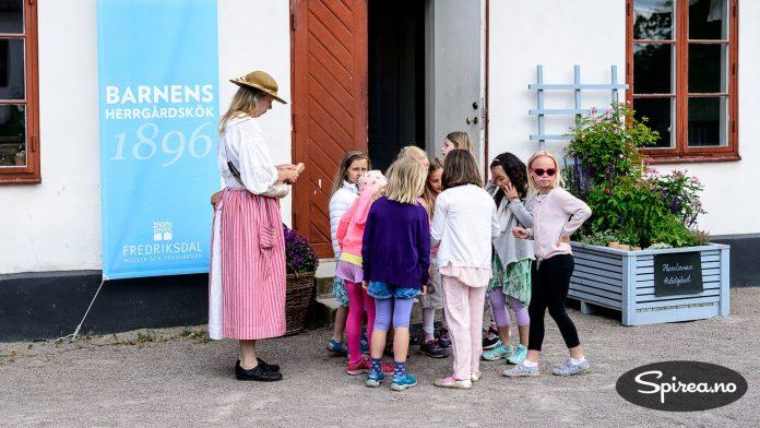 Mange skoleklasser besøker museet for å lære om livet i gamle dager.