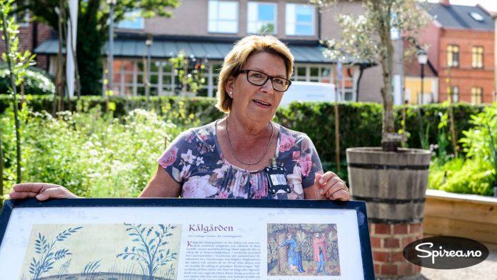 """Vår guide Karin Erlandsson forteller om kjøkkenhagen, eller """"Kåltradgården"""" som den også kalles."""