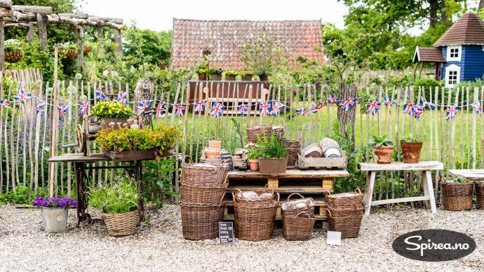 I tilknytning til den engelske hagen er det et lite hagesenter der du kan få kjøpt et utvalg av plantene som vokser i hagen.