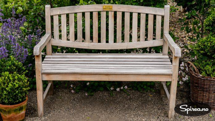 Slike benker finnes det mange av i engelske hager og parker. Denne er gitt av Annicka og Per Westrin.