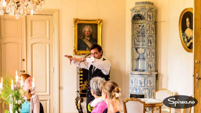 Vår guide fortalte svært engasjert om slottets historie. Alle fulgte nøye med - både levende og døde.