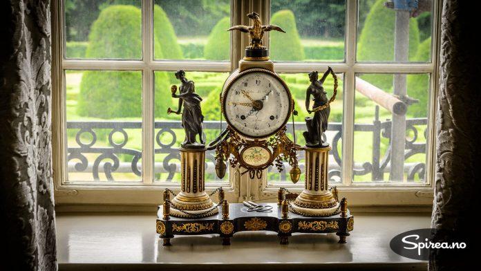 Denne flotte, franske klokken står meget bra til den fransk-inspirerte parken bak slottet.