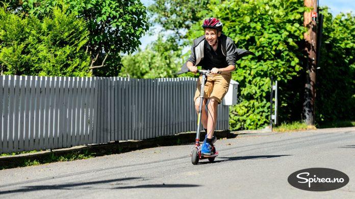 Goped sparkesykkel er egentlig beregnet for voksne, men ungdommene synes den er så morsom å bruke at de nærmest slåss om den.