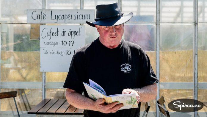 "Kjell Åberg er kvart norsk (aner i Drammen), men har aldri vært i Norge. Han liker seg best i Skåne, hvor han kan være Sveriges ""grønnsaks-cowboy""."