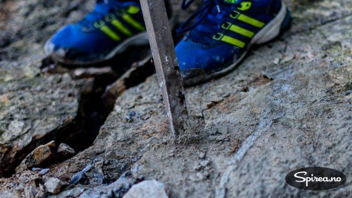 Der det har dannet seg sprekker, kan du bruke spett og bryte opp biter av fjellet.