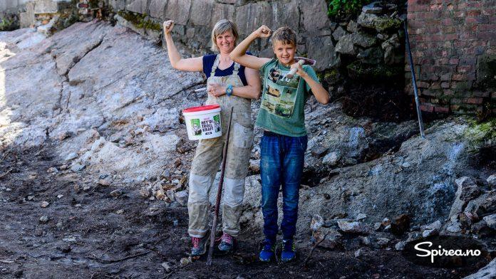 Bjørnhild og Andreas kan konstatere at Trollkraft har gjort jobben med å sprekke opp fjellet. Da er det bare å gyve løs med spett og slegge.