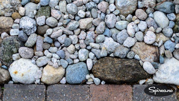 Naturstein i kombinasjon med belegningsstein er brukt mange steder på tomta.