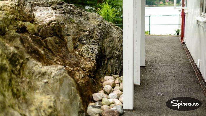 I en kysthage er det nok av stein. Dette kan du også bruke til din fordel for å unngå ugress.