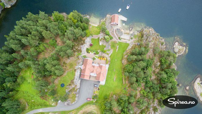 Her ligger dronen over 100 meter opp og tar bilde rett nedover.