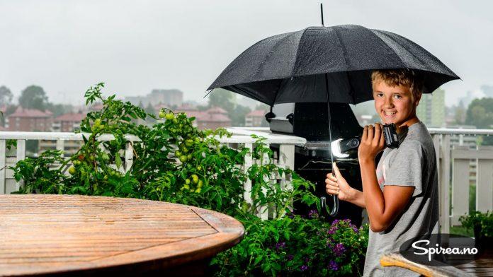 Blitzer og regn er en dårlig mix. Andreas sørger for godt sidelys under paraplyen.