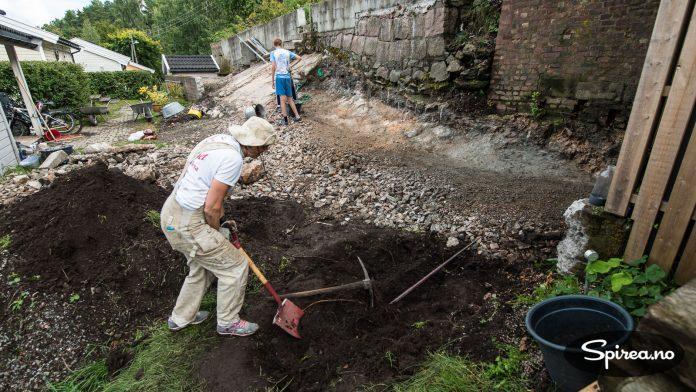 Det er fortsatt litt mer jord igjen som må graves vekk for å være sikker på at huset står på frostfri grunn. Men det nærmer seg slutten.