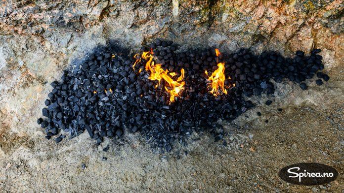 Grillkull og briketter kan også brukes til å varme opp fjellet for å få det til å sprekke.