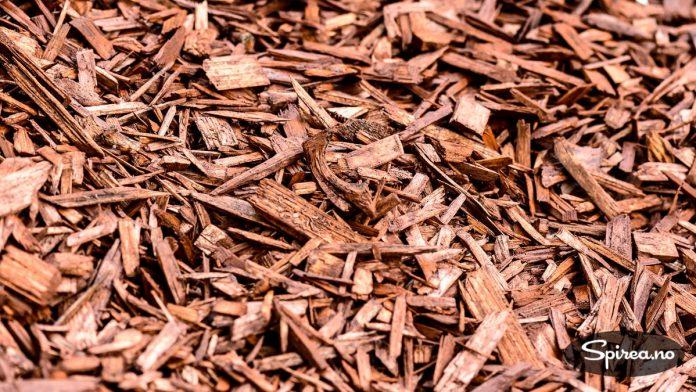 Dekorflis er laget av opphakket treverk av bartrær. Fargen er tilsatt ved hjelp av jernoksid.