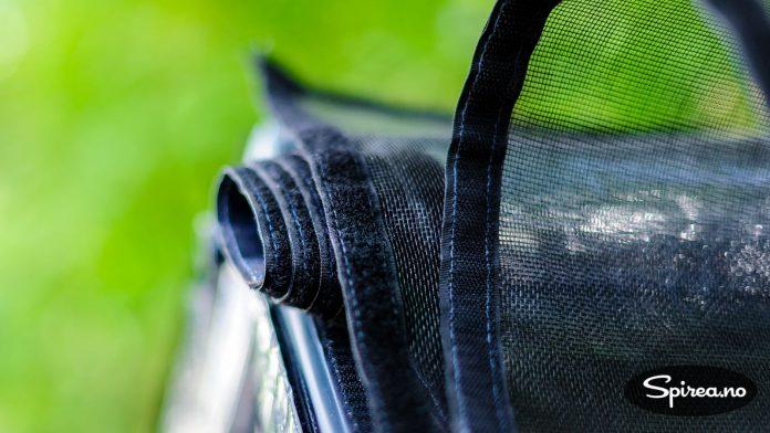 Insektsnettingen kan rulles opp og festes med borrelås når du skal inn og høste.