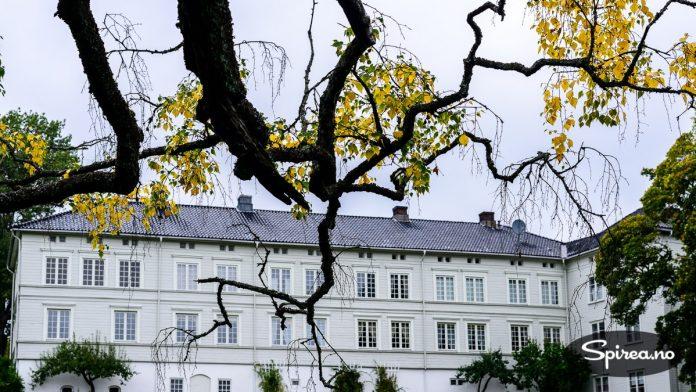 Den staselige hovedbygningen på Linderud gård er i dag forvaltet av Museene i Akershus, som holder åpent hver søndag i sommersesongen.