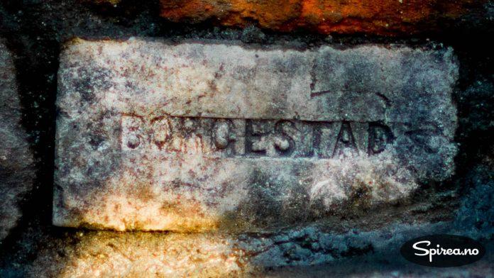Mange mursteinsfabrikker hadde navnet sitt på produktet. Denne kommer fra Borgestad Fabrikker som begynte å lage murstein i Porsgrunn i 1889.