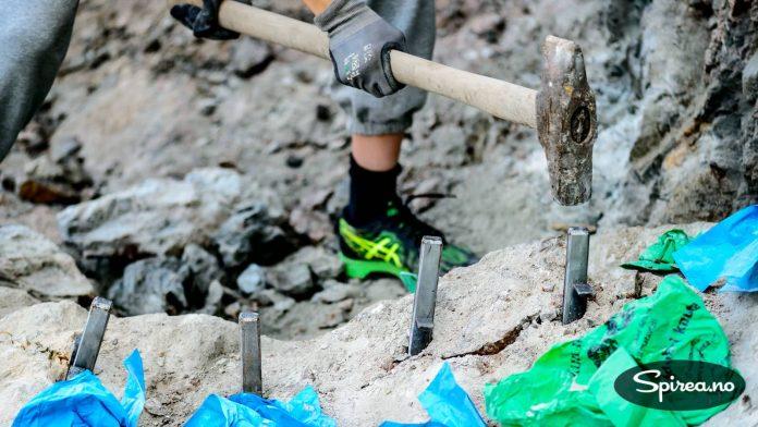 Bruk av fjellkiler er en gammel og velbrukt metode for å dele opp store steiner eller sprenge vekk biter av grunnfjellet.