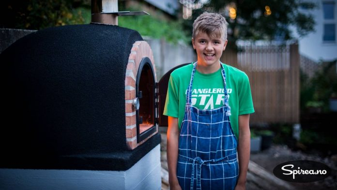 Pizzakokk Andreas gleder seg til å invitere vennene sine på besøk for å smake på ekte italiensk pizza á la Høyenhall.