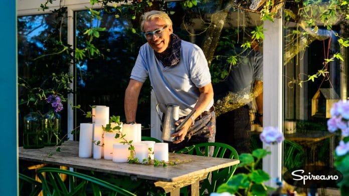 Med en kombinasjon av batteridrevne og levende lys, skaper Finn en nydelig høststemning.